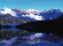ak0502501024秋の大正池と穂高連峰(上高地)